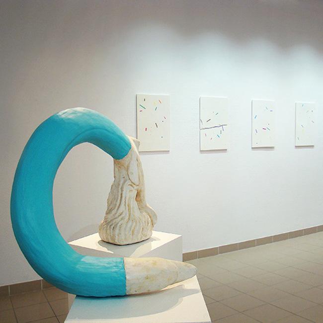 Sans titre, fontaine de béton et pâte à modeler, exposition Retour d'Apuow, Jean-Adrien Arzilier